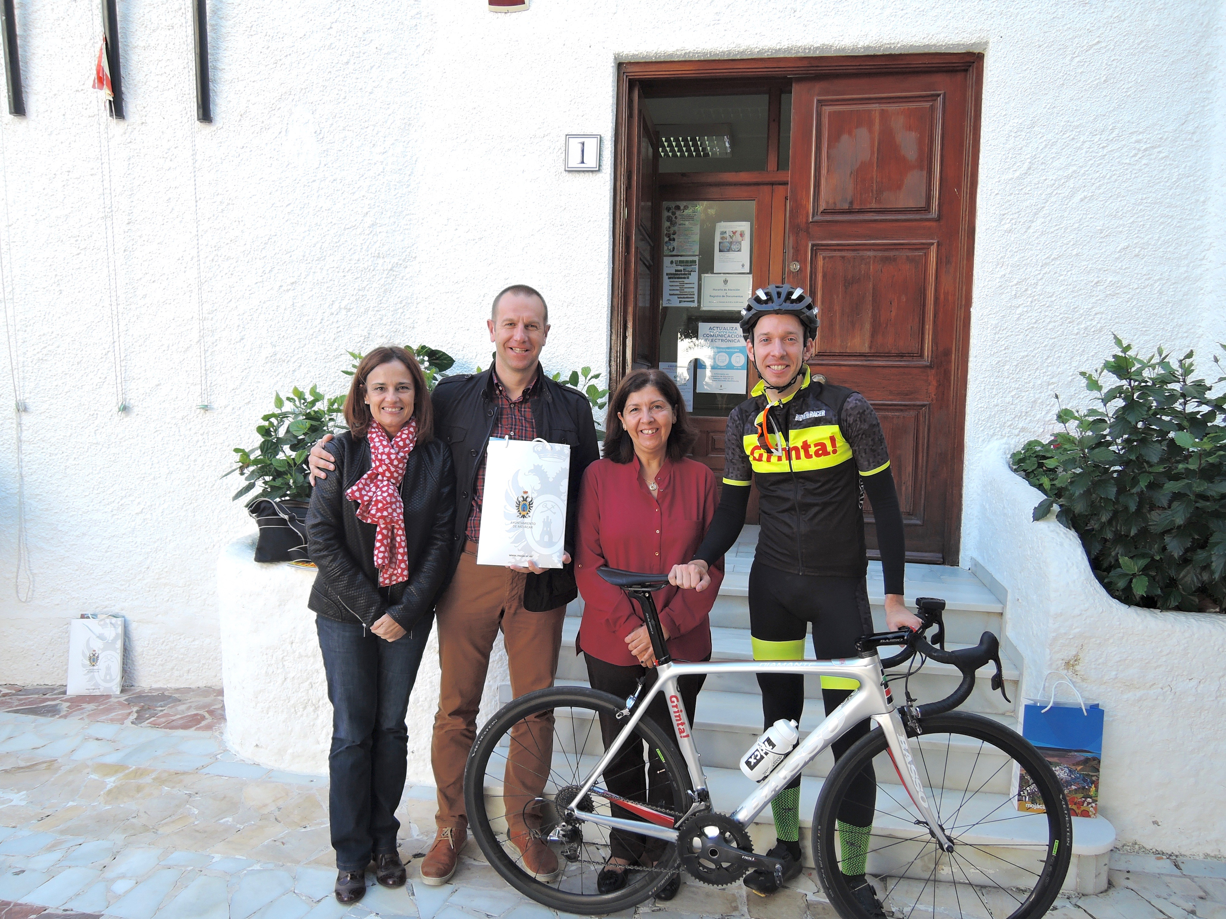 Mojácar's Mayor, Rosmari Cano, recently held a working meeting with Frederik Baeckelandt, from Grinta Magazine, Jelle Wallays, a professional racer from the Soudal Cycling Team and Jan Almeye, Director of Kortweg Cycling, the international sporting events organizers.